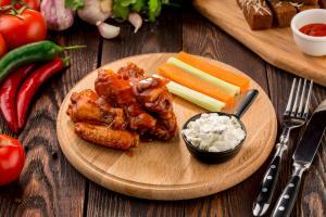 Крылышки в соусе барбекю  с соусом блю чиз